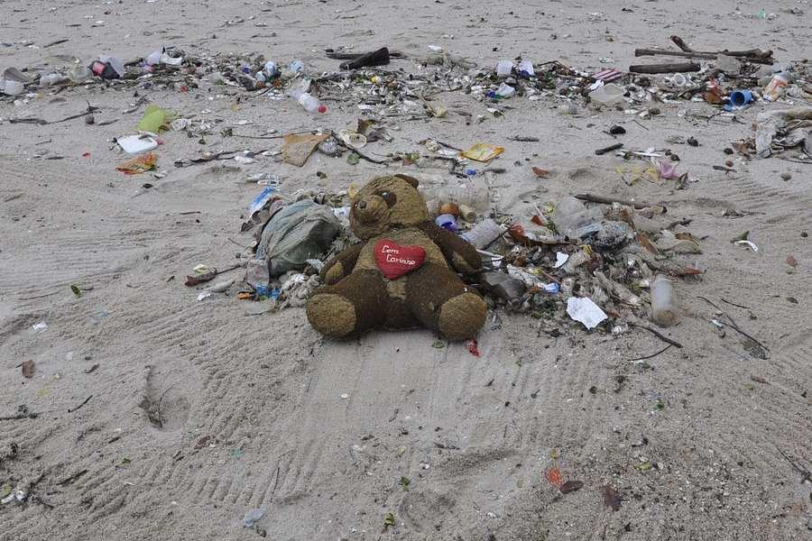 Zastosowanie opakowań plastikowych - śmietnik na plaży